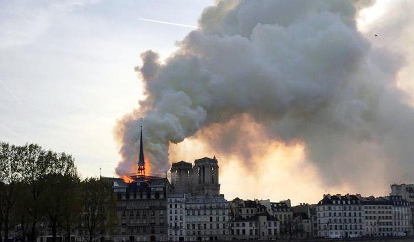 Загорелся собор Парижской Богоматери