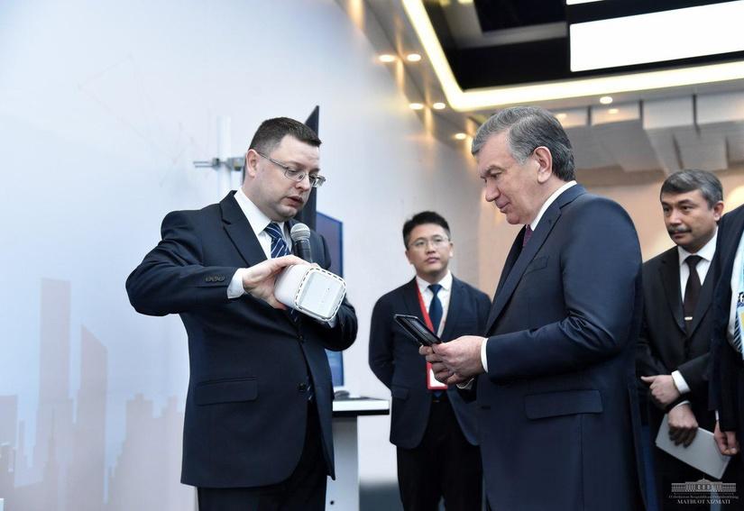 Президент Узбекистана посетил Центр инноваций компании «Huawei»
