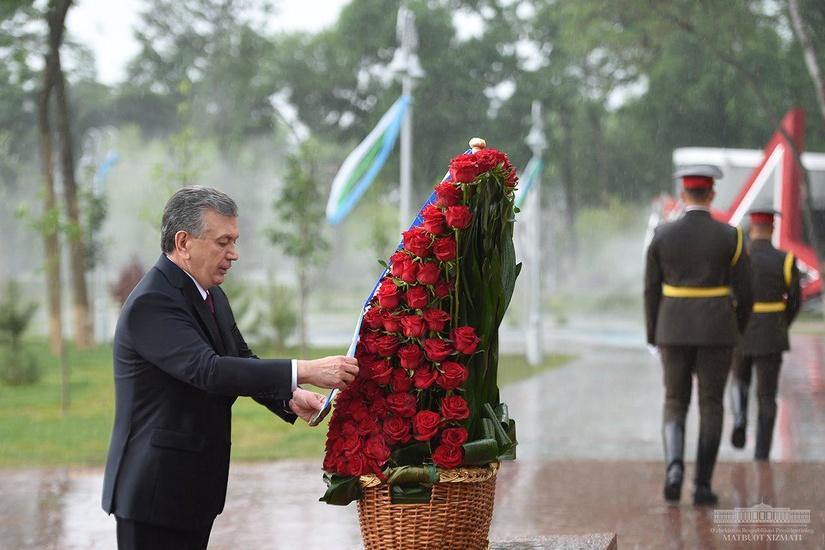 Шавкат Мирзиёев возложил цветы к мемориальному комплексу «Ода стойкости» (фото)
