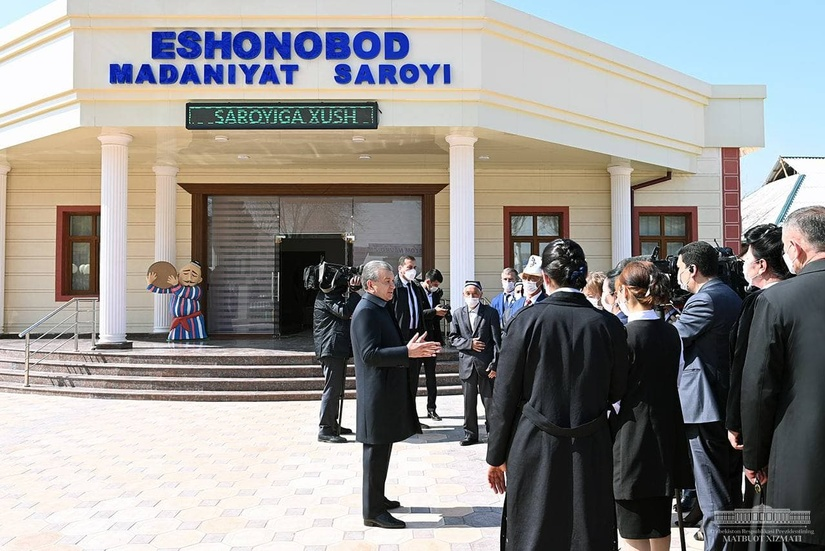 Президент Шавкат Мирзиёев посетил махаллю Эшонобод Чиназского района (+фото)
