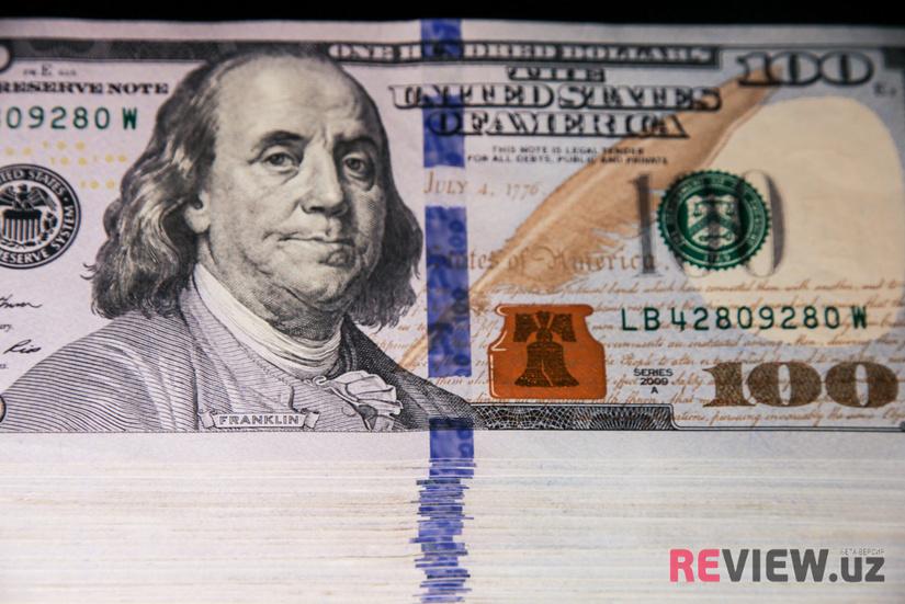 Банки Узбекистана 13 августа начали продавать доллар по 9000 сумов