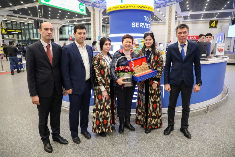 Ўзбекистонга визасиз режим бўйича келган биринчи Хитой фуқароси кутиб олинди