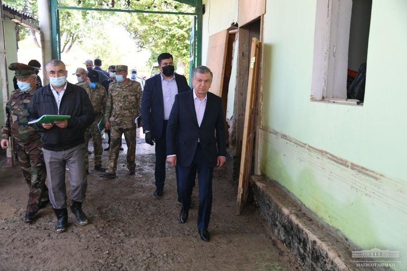 Shavkat Mirziyoyev o'z uylariga qaytgan odamlar bilan muloqotda bo'ldi (foto)