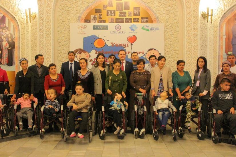 100 инвалидных колясок вручили нуждающимся детям