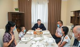 Shavkat Mirziyoyev 14 yildan beri ijarada yashab yurib, endi o'z uyiga ega bo'lgan oila mehmoni bo'ldi (foto)