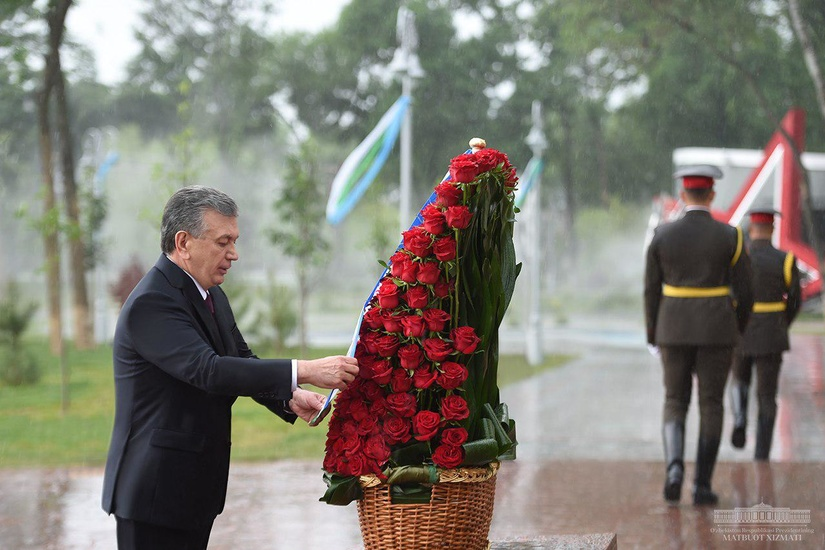 Шавкат Мирзиёев «Матонат мадҳияси» ёдгорлик мажмуасига гул қўйди (фото)