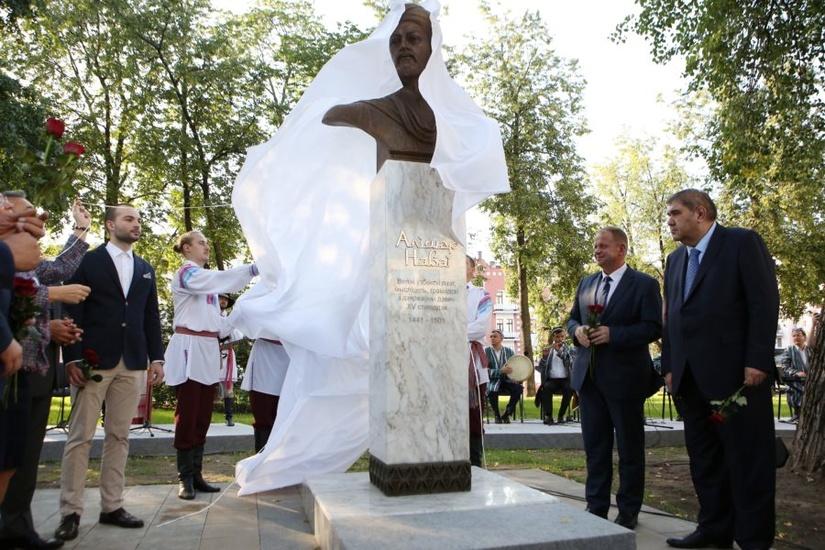 Памятник-бюст узбекскому поэту Алишеру Навои открыт в Минске